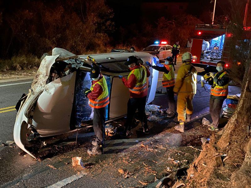 金門暗夜車禍,金寧消防分隊緊急馳援。(圖/金門消防局提供)
