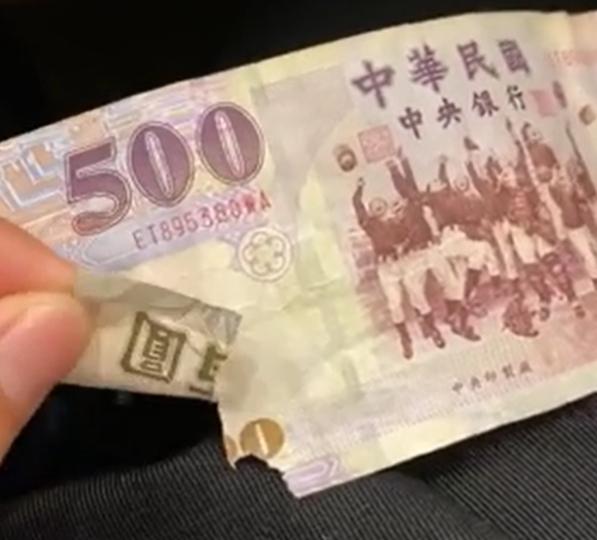 ▲原PO貼出破損的百元鈔票。(圖/翻攝自《Dcard》)