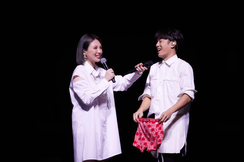 ▲韋禮安(右)演唱會上合體魏如萱。(圖/