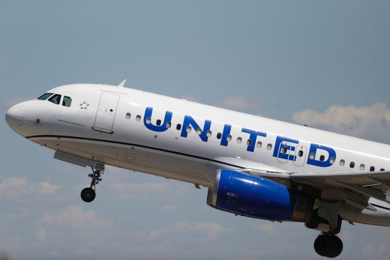▲美國聯合航空公司12月18日發表聲明,證實於機上猝死的男性乘客確診COVID-19,且在登機前謊報真實身體狀況。(圖/美聯社/達志影像)