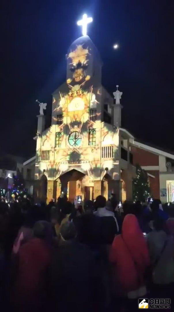 ▲奇幻絢麗的視覺燈光,投影在中台灣最古老的教堂,震撼立體的聲光音效,精心設計的視覺動畫,美到讓人窒息。(圖/記者陳雅芳攝,2020.12.