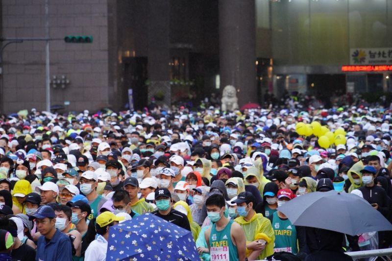 台北馬拉松20日熱鬧開跑,2萬8千名跑者無畏細雨低溫參賽, 台北市長柯文哲特地為活動鳴槍。(圖/台北市政府提供)