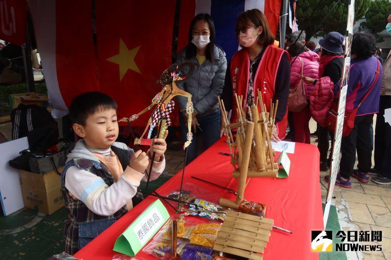 ▲新住民家庭的小朋友把玩泰國童玩。(圖/記者陳雅芳攝,2020.12.