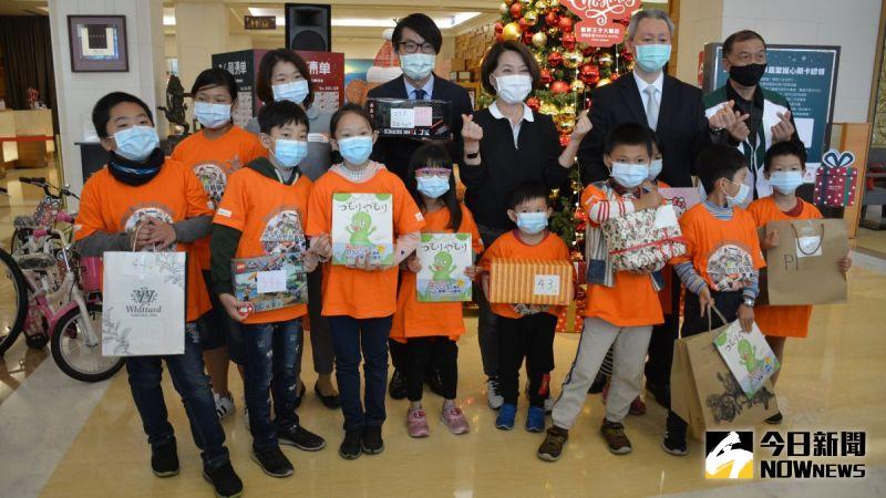▲贈禮儀式中,孩童代表出席領禮物。(圖/記者郭政隆攝影2020.12.20)