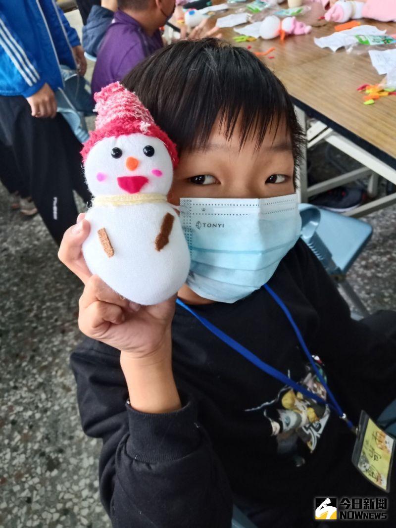 ▲冬令營慈幼社也規畫了豐富多元的內容,有聖誕襪子小雪人DIY。(圖/記者陳雅芳攝,2020.12.