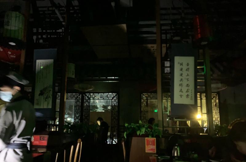 ▲有廣東的民眾表示自己在餐廳用餐到一半也突然停電。(圖/翻攝自微博)