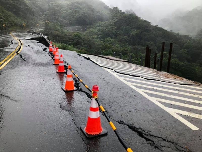 ▲原PO回家的路上才發現,原來的路竟在「稍早」坍塌了。(圖/翻攝自《金山區公所》