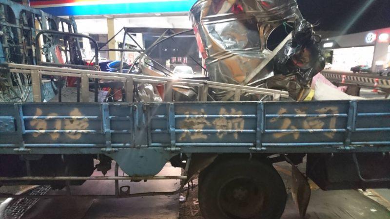 ▲裝滿柴油白鐵桶應聲滑落後已經嚴重毀損,。(圖/記者陳雅芳翻攝,2020.12.