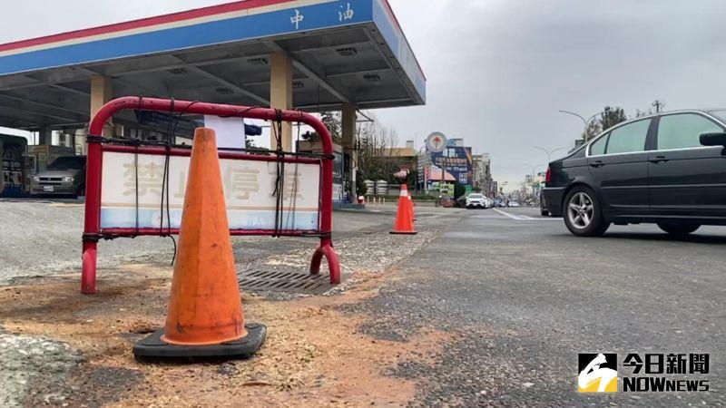 ▲福興鄉彰鹿路上的加油站還灑滿大量木屑。(圖/記者陳雅芳攝,2020.12.