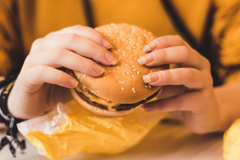▲最多網友認為可行的就是製作各式的「美式漢堡」。(示意圖,圖中人物與文章中內容無關/取自unsplash)