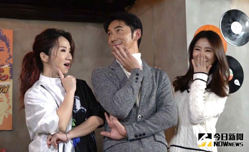 ▲陶晶瑩(左)在媒體前開老公黃腔,笑翻眾人。(圖