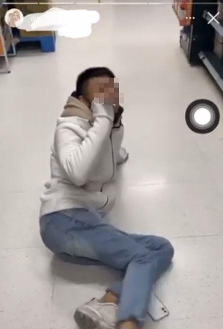 ▲網友發現有男學生在家樂福商場抽煙又小便。(圖/翻攝Dcard)