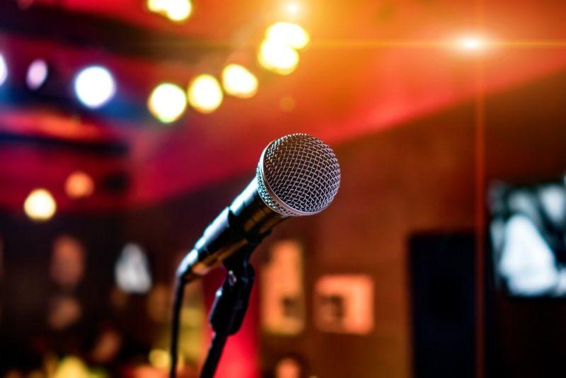 ▲有網友分享,某次去唱歌時,她不但走錯包廂還偷吃水餃,甚至在離開時被問一句,讓她相當尷尬。(示意圖/取自pixabay)