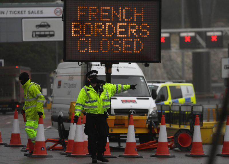▲由於法國宣佈封鎖與英國之間的交通往來至少48小時,警方在邊境轉口設下路障。(圖/美聯社/達志影像)