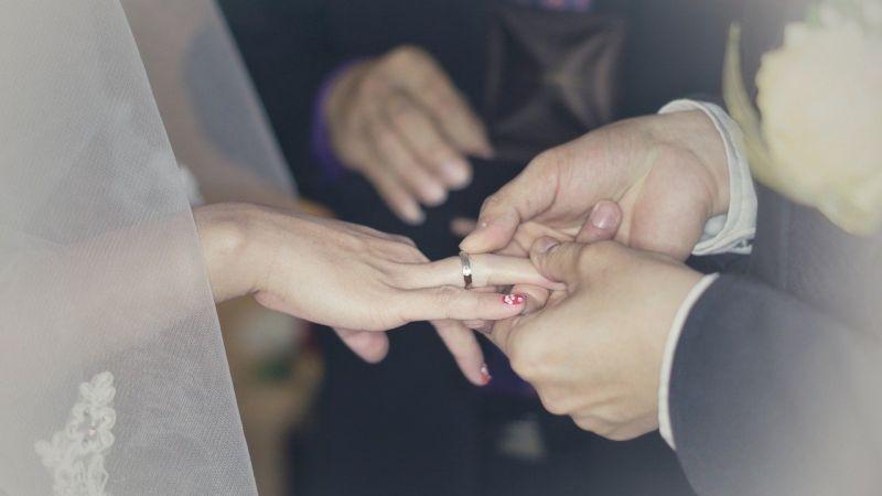 20歲男慶3週年跪地求婚!女友竟尷尬離場 背後真相曝光