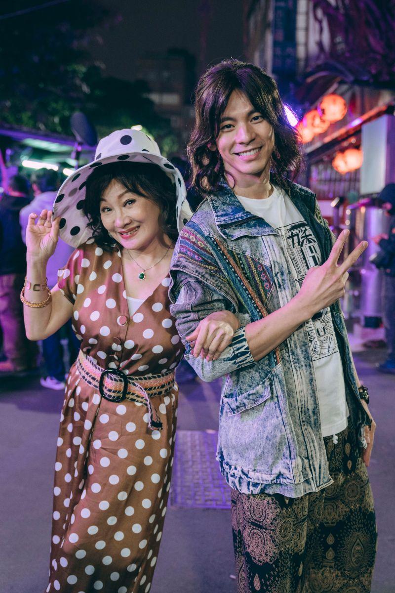 ▲林柏宏(右)狂撩比莉,讓她樂開懷。(圖