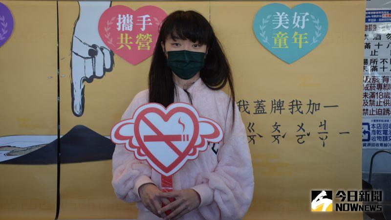 ▲設計布簾的文化大學廣告系學生張安。(圖/記者郭政隆攝影2020.12.22)