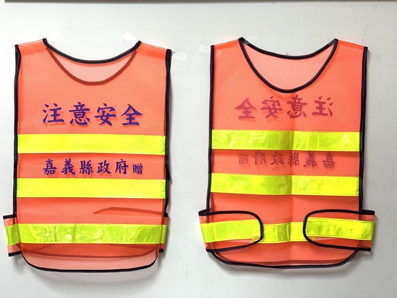 嘉義縣政府為維護電動代步車的用路安全,贈送反光背心。(圖/嘉義縣政府提供)