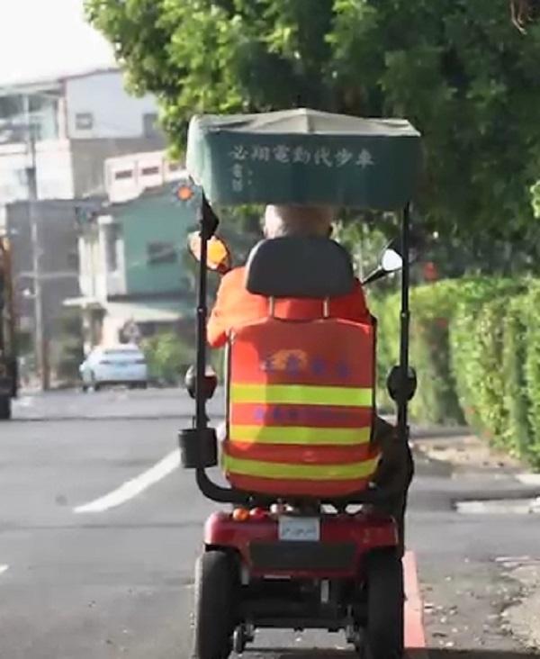 ▲嘉義縣政府為維電動代步車的用路安全,贈送反光背心。(圖/嘉義縣政府提供)