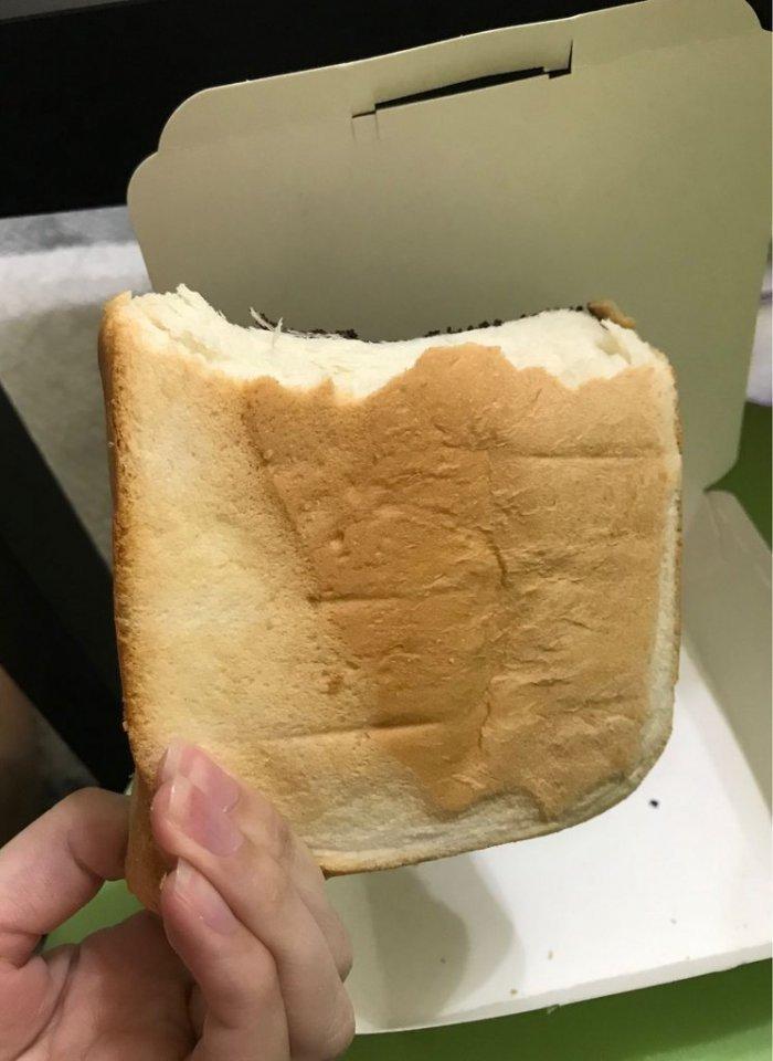 ▲原來原PO拿到的厚片吐司,是整條吐司的上下兩塊做成的。(圖/取自Dcard)