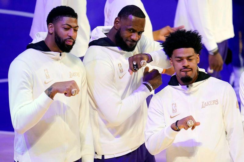 湖人今天在開幕賽前領到冠軍戒指,LeBron James等人也開心的秀出展示