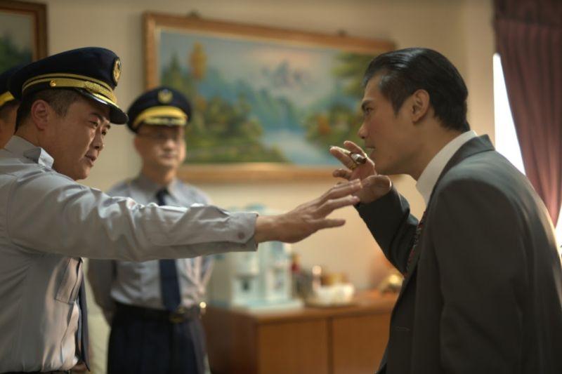 ▲郭耀仁(右)在劇中要對著顏寬恒噴煙。(圖