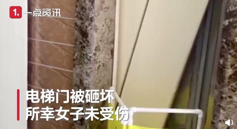 ▲隨後電梯立刻往下墜落,連門都被砸壞了。(圖/翻攝自《沸點視頻》)