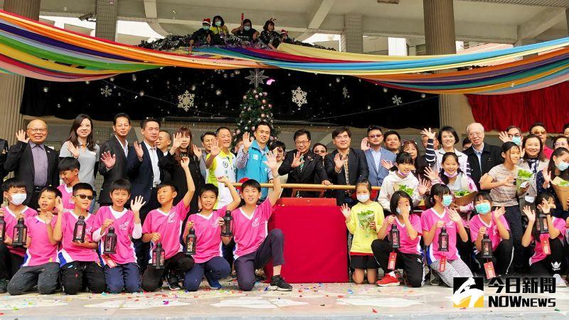<b>新上國小</b>聖誕點「公民燈」 祈福感恩做公益