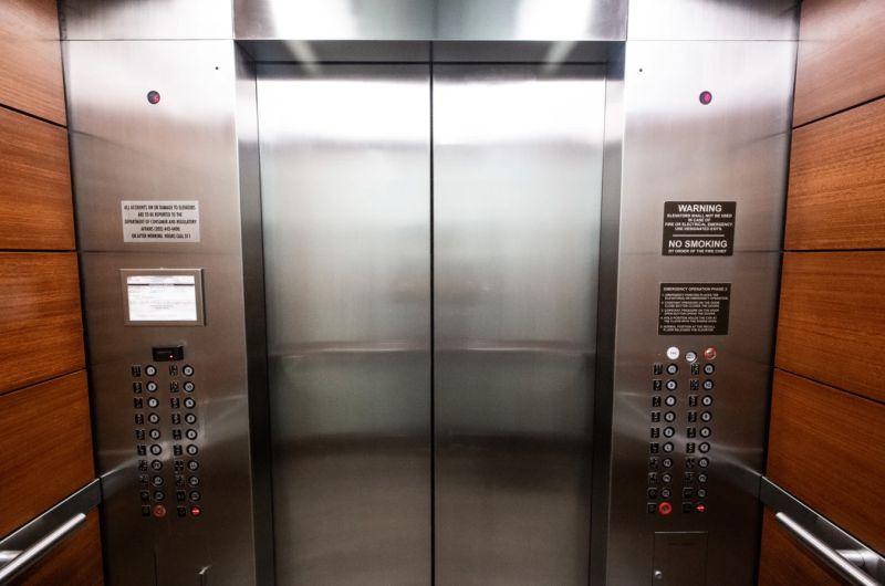 ▲中國近日發生一起電梯故障事件,電梯突失重從35樓秒墜落到12樓,所幸裡頭女子冷靜做「1舉動」驚險逃生,並無受傷。(示意圖/取自unsplash)
