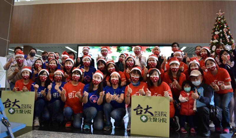 ▲台大醫院生醫園區分院今日獲贈「耶誕」限定版的醫療用口罩。(圖/記者金祐妤攝,109.12.23)