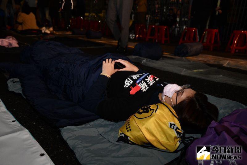 ▲國民黨立委鄭麗文戴著口罩、已經睡下。(圖/記者林柏年攝)