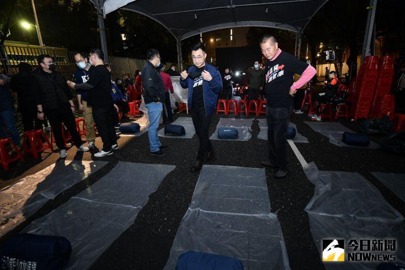 ▲立法院外,國民黨立委們準備夜宿大馬路。(圖/記者林柏年攝)