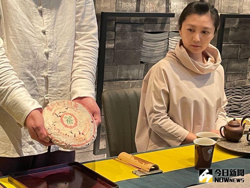 ▲這次蔡其建提供珍藏的一餅357克80年代厚紙8582,市值已超過新台幣40萬元。(圖/記者黃仁杰攝)