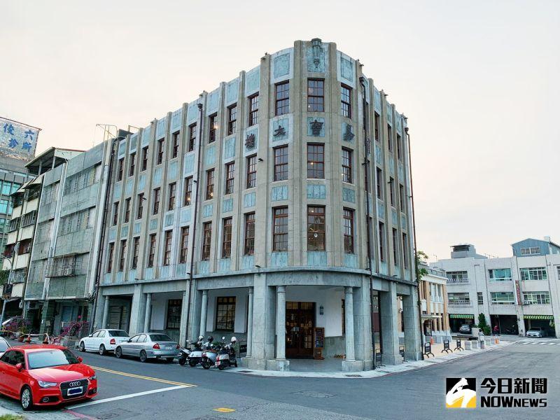 ▲春田氷亭所在的哈瑪星貿易商大樓前身為「春田館」,在日治時期可以說是驛前的五星級旅館。(圖/記者陳美嘉攝,2020.12.24)