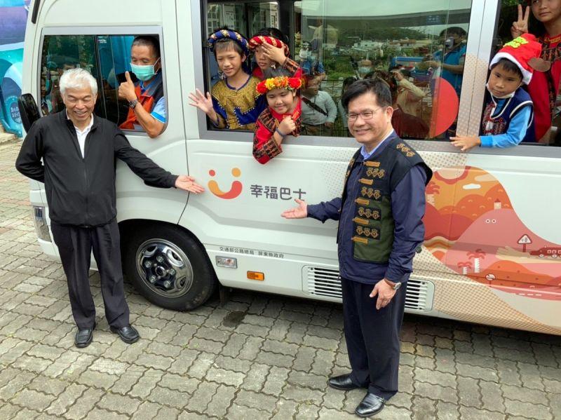▲屏東縣滿州鄉長樂國小的小朋友,穿著原住民服飾高興開心的坐在巴士車內與部長整長官合影。(圖/公路總局提供,