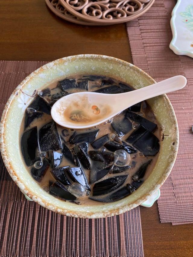 ▲網友表示仙草半泡在奶茶裡讓他除了「淡菜殼」以外,什麼都看不到。(圖/取自u/PlasmaLamps/Reddit)