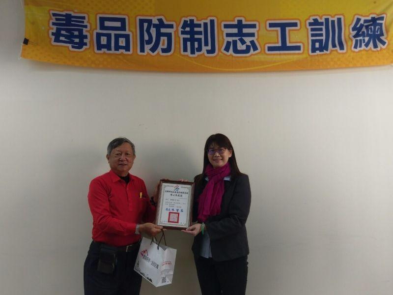 ▲林瑩蓉表揚特殊貢獻獎3人、用心奉獻獎4人。(圖/高市毒防局提供)