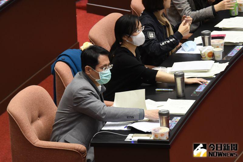 ▲在表決9項行政命令時,民進黨立委江永昌選擇棄權不投票。 (圖/記者陳明安攝)