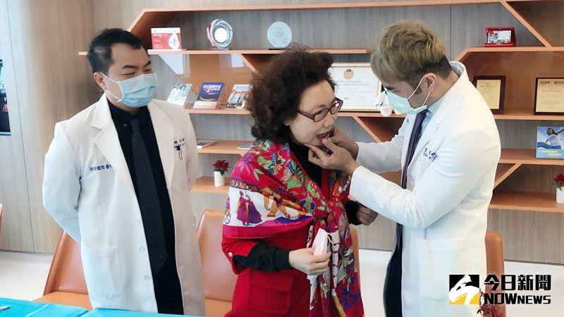 ▲「經口無疤甲狀腺微創手術」,從下嘴唇內側進行手術,因此外觀不再有明顯傷口。 (圖/記者陳美嘉攝,2020.12.24)