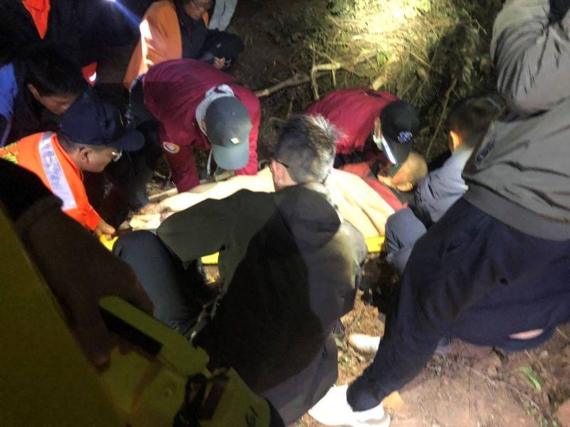 烈嶼走失老人於青岐村外草叢尋獲,呈現失溫現象。(圖/金城警分局提供)