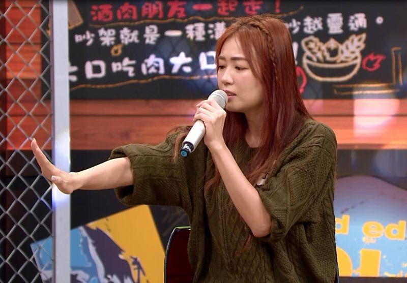 ▲詹子晴為變美保鮮膜包手指頭 發青。(圖/TVBS提供)