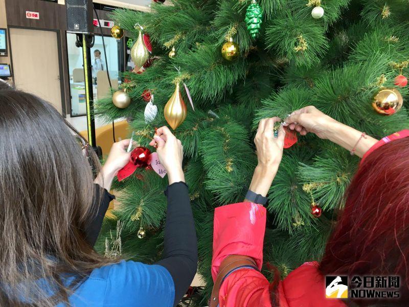 ▲邀請全體參與貴賓將心型小卡掛上聖誕樹,一起在平安夜這天為秀傳癌醫中心獻上祝福