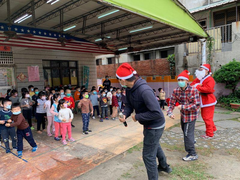 ▲愛心慈幼社同學與幼兒園小朋友一起跳舞,歡度快樂聖誕節。(圖/記者葉靜美攝,2020.12.24)