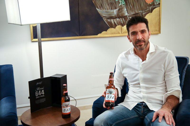 意大利傳奇門神布馮生涯被梅西踢進兩球,因此收到兩瓶啤酒