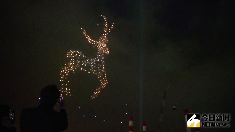 ▲2021跨百光年昨(24)日正式啟動,在應景的耶誕音樂中,無人機表演展現出生動的麋鹿。(圖/記者鄭婷襄攝)
