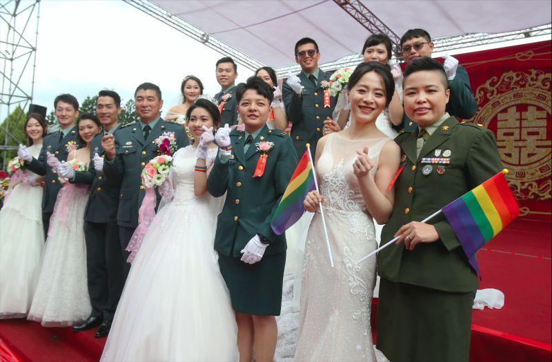 ▲台灣陸軍舉辦的聯合婚禮中參與的兩對同性伴侶登上英國廣播公司BBC,成為2020「改變亞洲的關鍵時刻」之一。(圖/取自AP)