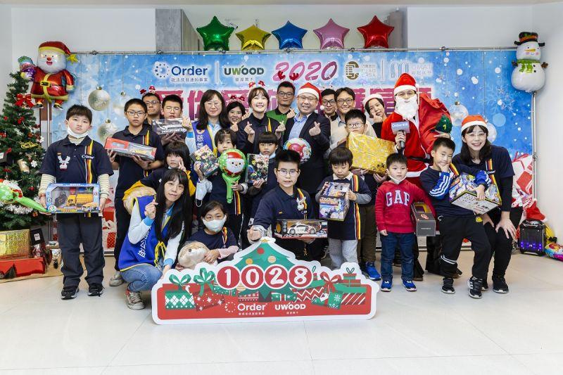▲歐德陳國偉執行長及愛心大使巴鈺與孩子們渡過溫馨耶誕。(圖/資料照片)