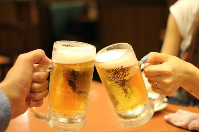 ▲一名網友認為喝啤酒時「不加冰塊」才能保有啤酒的香氣與風味,不過也有人持相反意見,貼文一出,引起熱議。(示意圖/取自unsplash)