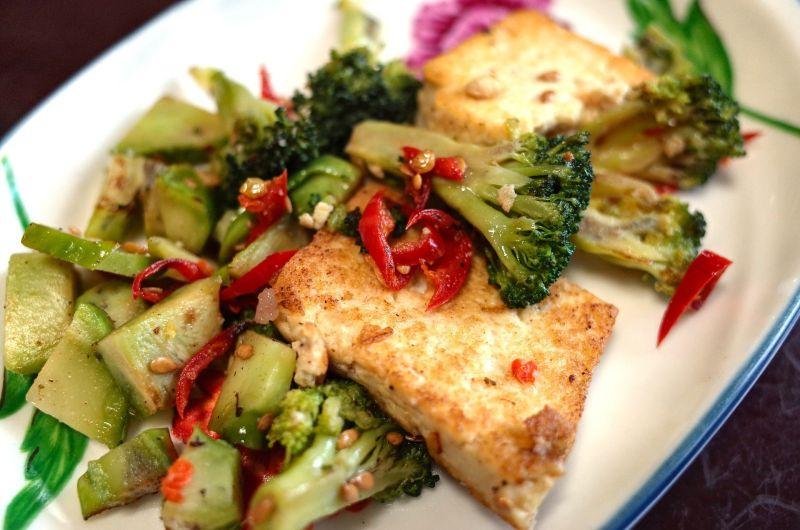 豆腐怎麼煎不會破?大廚「3招」不藏私:外酥內嫩又美味