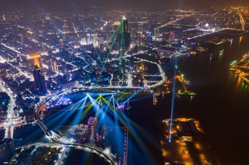 高雄2021跨百光年啟航開幕活動,有炫目的光影匯演及精彩的無人機表演秀,線上吸引近60萬人次觀看直播。(圖/翻攝自史哲臉書)